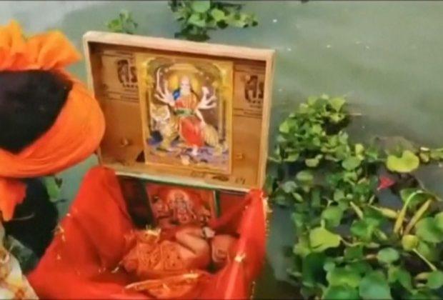 india-neonata-abbandonata-trovata-da-un-barcaiolo-sul-fiume-gange