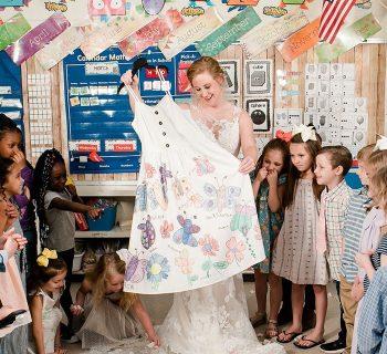 in-classe-in-abito-da-sposa-prima-del-covid-la-sorpresa-dei-suoi-alunni-e-dolcissima