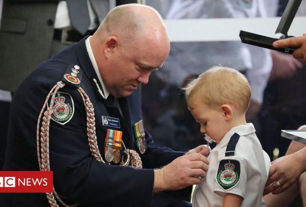 roghi-in-australia-bimbo-di-18-mesi-decorato-al-funerale-del-papa-pompiere