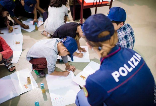 bimbi-afgani-a-roma-i-poliziotti-giocano-e-disegnano-con-i-piccoli