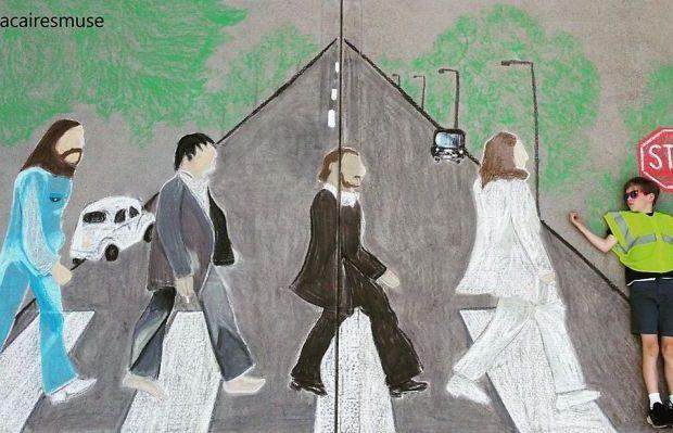 storie-dalla-quarantena:-disegna-sul-marciapiede-con-il-gesso-per-far-viaggiare-il-fratellino-con-la-fantasia