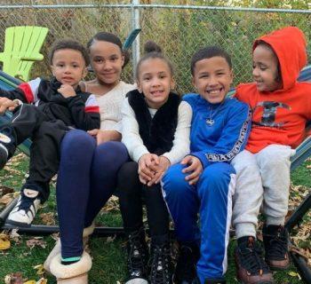 un-papa-single-cresciuto-in-affido-adotta-5-fratellini