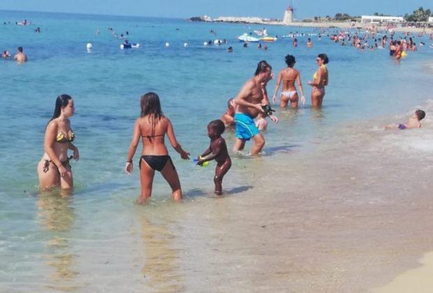 trapani-le-mamme-in-spiaggia-fanno-da-babysitter-alla-figlia-dell'ambulante