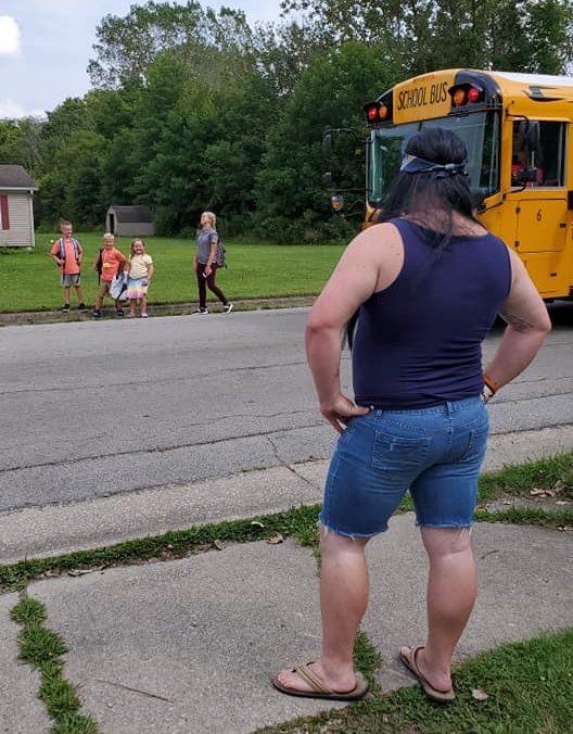 un-travestimento-diverso-a-settimana,-ecco-come-questo-papa-accoglie-il-rientro-da-scuola-dei-bimbi