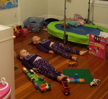 se-state-ferme-il-pigiama-luminoso-si-ricarica-il-trucco-di-una-mamma-con-le-sue-figlie