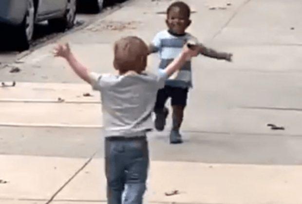 il-commovente-abbraccio-di-due-bambini-di-new-york-diventa-virale