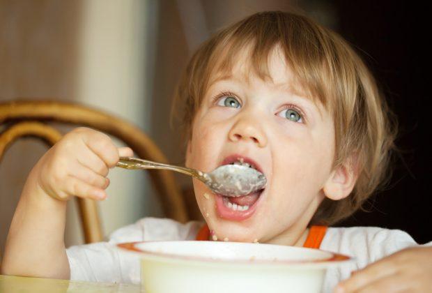 imparare-a-mangiare-da-soli-per-piccole-tappe