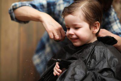i-consigli-per-tagliare-i-capelli-in-casa-ai-bambini-in-quarantena