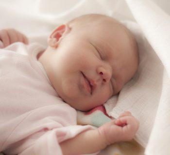 testa-piatta-del-neonato-provocata-come-evitarla
