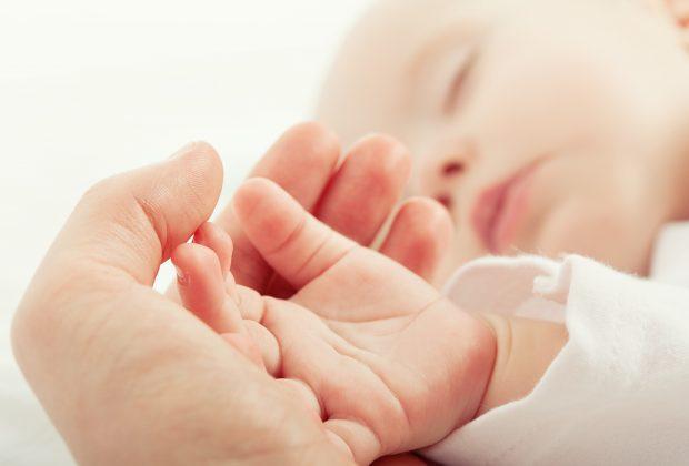 bebe-scopre-mondo-la-pelle