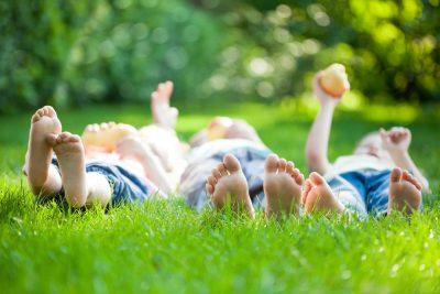 lasciare-bambini-scalzi-in-estate