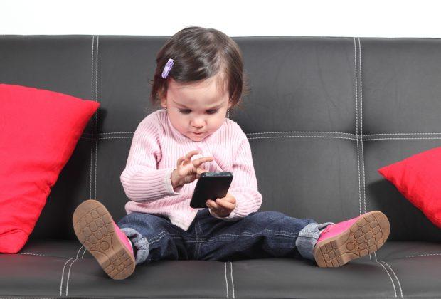 bimbi-e-smartphone-a-2-anni-acquista-un-divano-su-amazon
