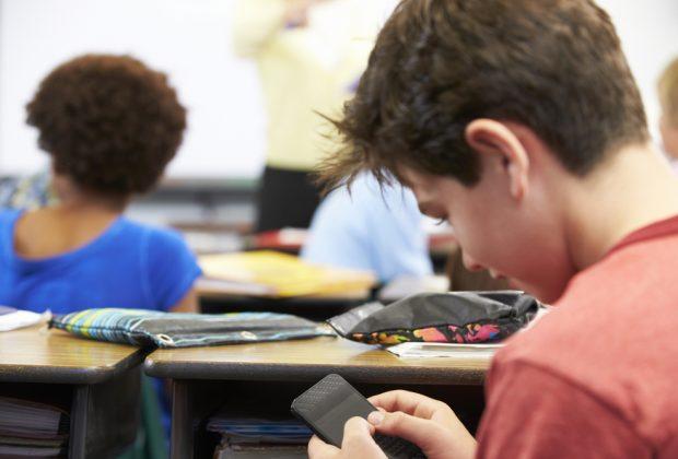 vietato-portare-il-cellulare-a-scuola-lidea-inglese