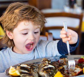 poco-pesce-nei-piatti-dei-bambini-ecco-come-farglielo-mangiare