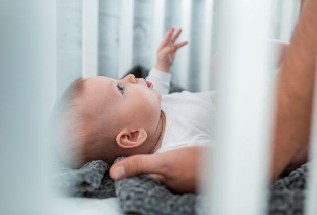 insegnare-al-bambino-dormire-nel-suo-lettino