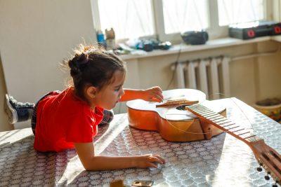 sola-con-la-babysitter-bimba-di-3-anni-distrugge-la-chitarra-del-papa