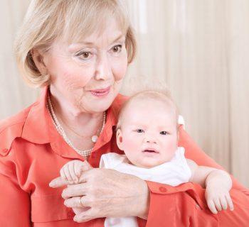 la-nonna-presenta-il-nipotino-con-un-altro-nome-perche-il-suo-non-gli-piace