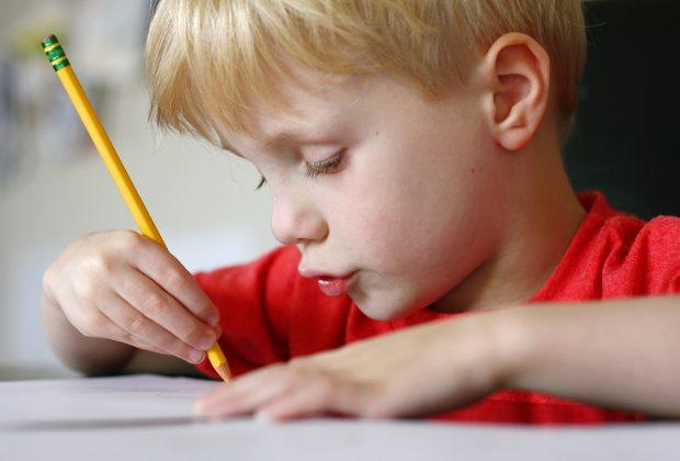 perde-lo-scuolabus-e-scrive-alla-mamma-la-lista-dei-pro-e-contro