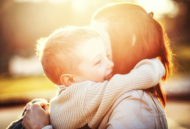 madre-viene-multata-per-aver-riabbracciato-il-figlio-dopo-il-lockdown:-non-ha-rispettato-la-distanza-di-sicurezza