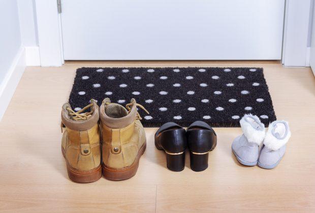 togliere-le-scarpe-in-casa-e-utile