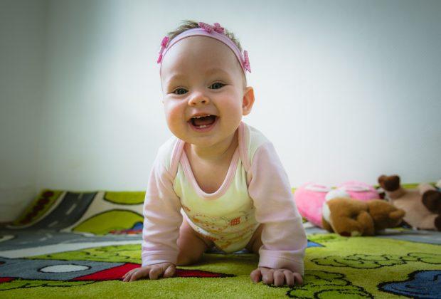 strisciare-gattonare-primi-passi-nello-sviluppo-motorio-del-bambino