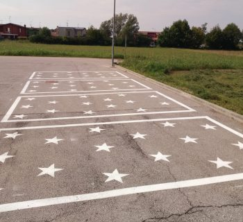 scuola-stelle-sullasfalto-per-mantenere-il-distanziamento-sociale
