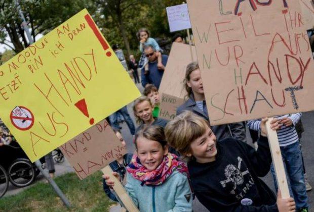 ad-amburgo-bambini-protestano-in-piazza-contro-luso-eccessivo-degli-smartphone-da-parte-degli-adulti