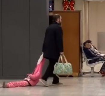 papa-esasperato-trascina-la-figlia-in-aeroporto-il-video-diventa-virale-video