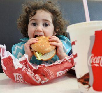 ambiamenti-climatici,-cibo-spazzatura-e-pubblicita-minacciano-il-futuro-dei-bambini