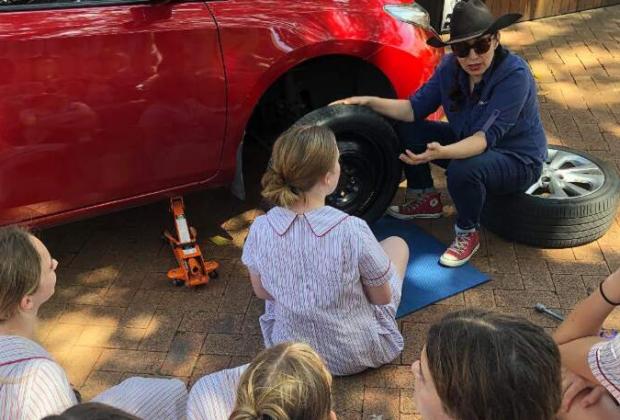 come-si-cambia-una-gomma-in-australia-si-impara-al-collegio-femminile