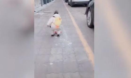 automobilista-getta-la-bottiglietta-in-strada-un-bimbo-di-un-anno-gli-da-una-lezione