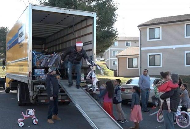 papa-torna-nel-quartiere-dove-era-nato-per-regalare-giocattoli-ai-bambini-poveri