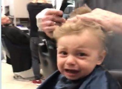pesaro-bambino-non-vuole-farsi-tagliare-i-capelli-e-tutto-il-negozio-canta-per-lui-video
