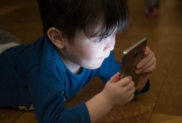 multe-ai-genitori-che-danno-lo-smartphone-ai-minori-di-12-anni-la-proposta-di-legge