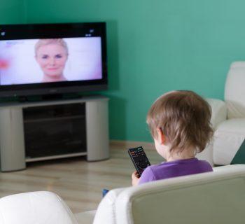 troppa-tv-e-i-bambini-dormono-meno-gli-effetti-negativi-della-televisione-sul-sonno