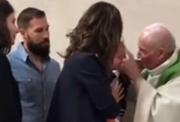 bambino-piange-durante-il-battesimo-e-il-prete-lo-schiaffeggia