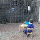 fuori-dalla-scuola-chiusa-per-protesta-la-foto-che-ha-diviso-il-web