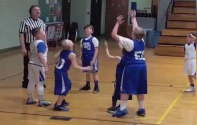 il-bambino-disabile-che-fa-canestro-con-l'aiuto-dei-compagni-(video)