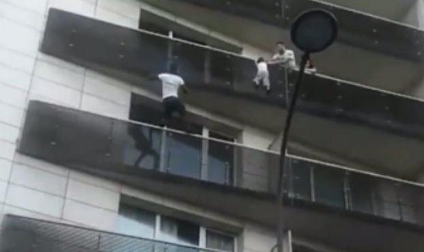 bimbo-appeso-al-balcone-viene-salvato-da-un-ragazzo-che-si-arrampica-fino-al-quarto-piano