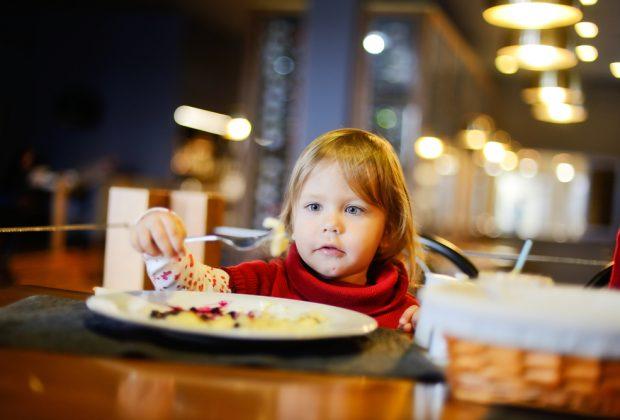 bimbo-senza-arti-superiori-viene-cacciato-da-un-ristorante-perche-vuole-mangiare-con-i-piedi