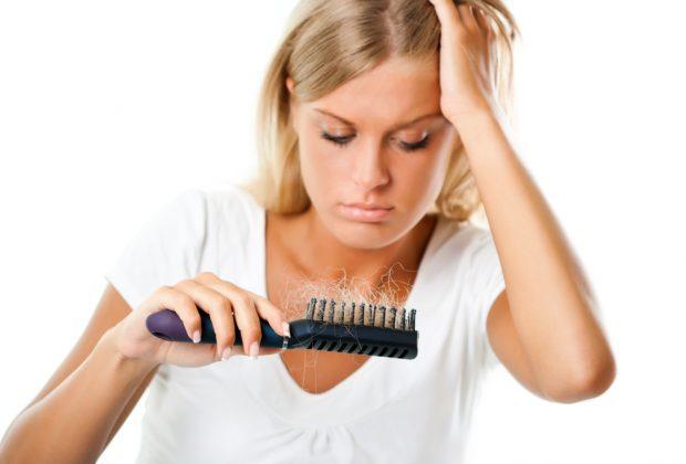caduta-dei-capelli-durante-lallattamento-cause-e-rimedi-naturali