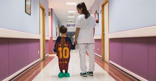 bimbi-in-ospedale-le-maglie-dei-calciatori-diventano-camici-colorati