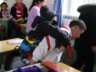 la-storia-di-xu-da-6-anni-porta-a-scuola-sulla-spalle-il-compagno-disabile