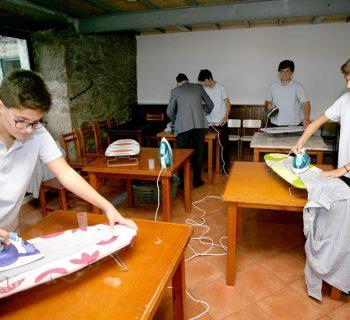 una-scuola-spagnola-insegna-ai-ragazzi-i-lavori-domestici