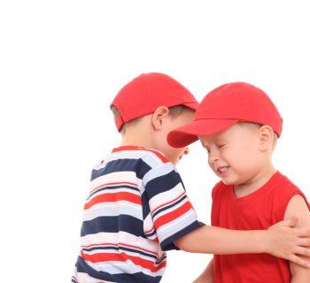 cosa-fare-se-vostro-figlio-picchia-il-fratellino-ecco-spiegato-perche-lo-fa-e-come-farlo-smettere