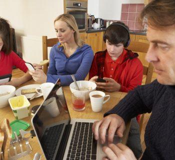 bambini-e-tablet-a-tavola:-come-rompere-con-le-cattive-abitudini