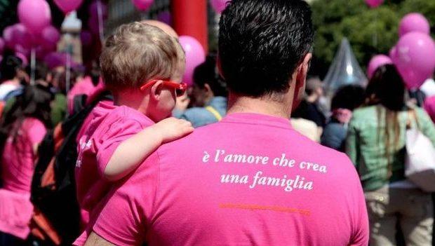 famiglie-arcobaleno-niente-sconto-al-parco-per-i-due-papà-non-siete-una-famiglia