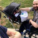 un-passeggino-speciale-per-un-papa-in-sedia-a-rotelle-linvenzione-di-un-gruppo-di-studenti