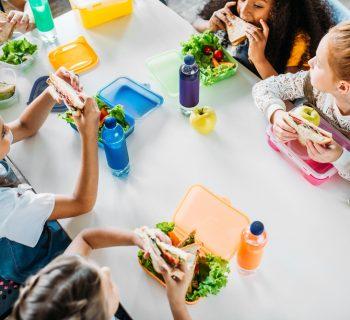 genitori-non-pagano-la-mensa-a-scuola:-alla-bimba-tonno-e-cracker