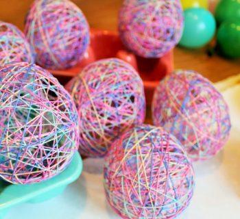 uova-rete-con-fili-colorati-per-decorare-la-tavola-di-pasqua
